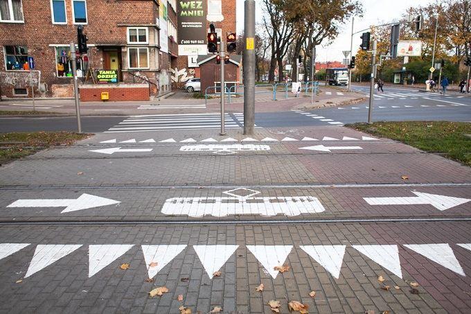 Piktogramy z tramwajem na przejściach dla pieszych